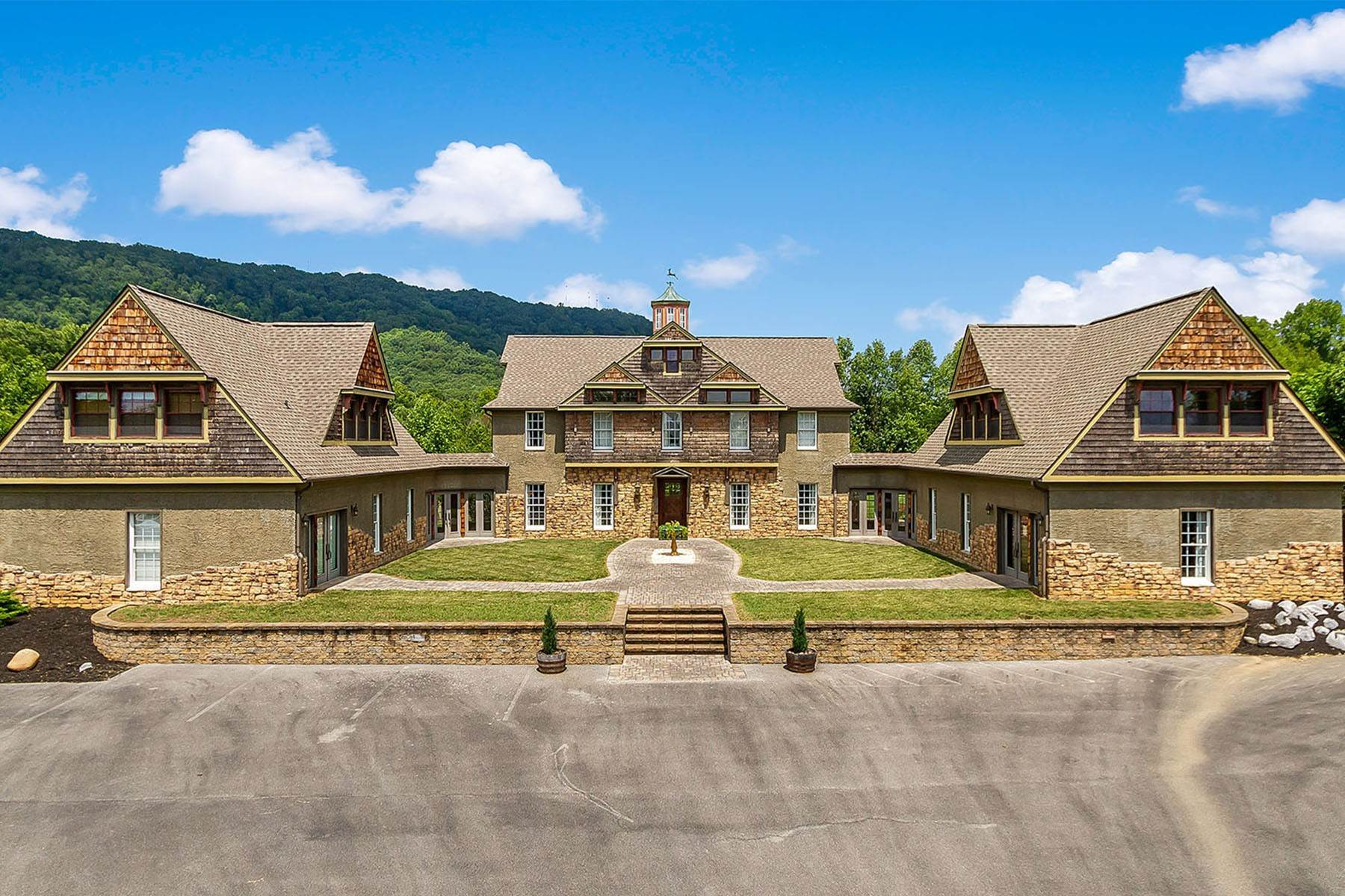 Single Family Homes for Sale at Luxurious Rustic Escape 1128 Saratoga Road Kingsport, Tennessee 37660 United States